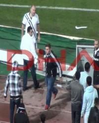 Beşiktaş G.Saray maçında Sahaya girenleri engellemek isteyen taraftarlara dayak