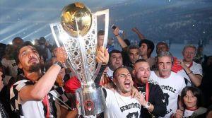 Beşiktaş, şampiyonluk kupasını kaldırdı